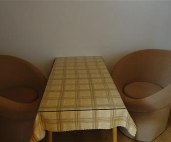 sedenie v 2 os. izbe z 8 os. apartmanu