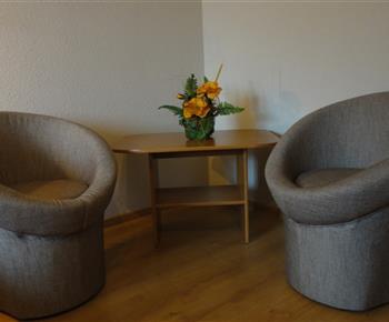 sedenie v 3 os. s prístelkom izbe z 8 os. apartmanu