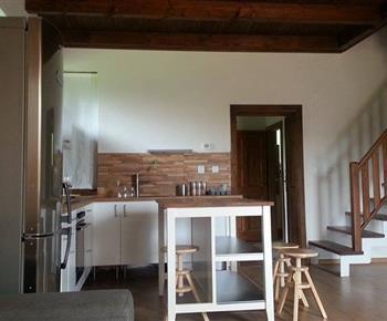 Pohled na kuchyni ze společenské místnosti