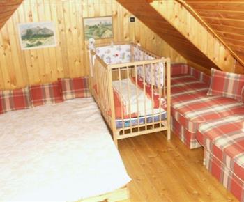 Podkrovní pokoj s lůžky a dětskou postýlkou