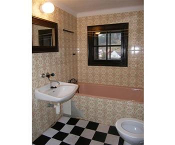Koupelna s toaletou, vanou, umývadlem a zrcadlem