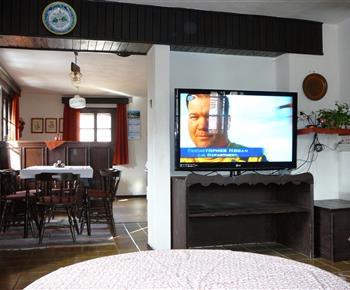 Spoločenská miestnosť s TV a krbom