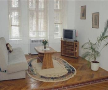 Obývací pokoj s pohovkou, stolkem, skříňkou a televizorem