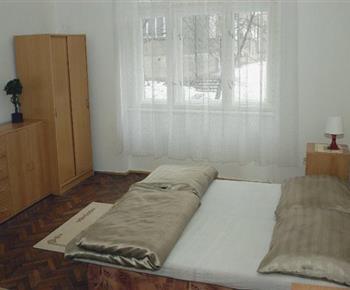 Ložnice A  s lůžky, nočními stolky a skříní