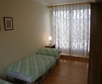 Ložnice A  s lůžky, nočními stolky, lampičkami a skříní