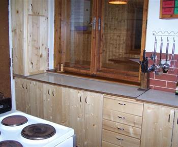 Kuchyně s linkou, sporákem, mikrovlnou troubou a rychlovarnou konvicí