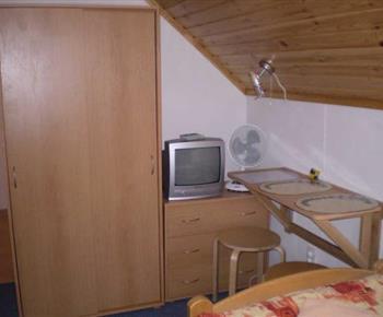 Pokoj s lůžky, skříní, komodou a televizorem