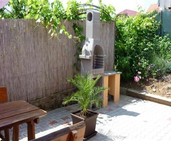 Zahradní gril u venkovního posezení