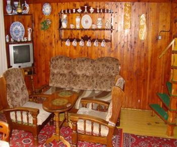 Společenská místnost  se sedací soupravou, konferenčním stolkem a televizorem