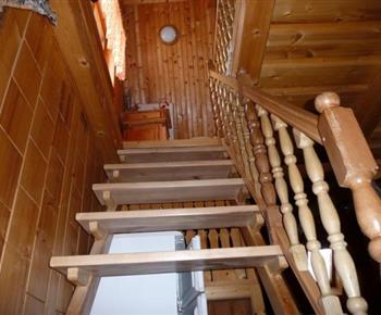 Schodiště vedoucí z obývacího pokoje do podkroví