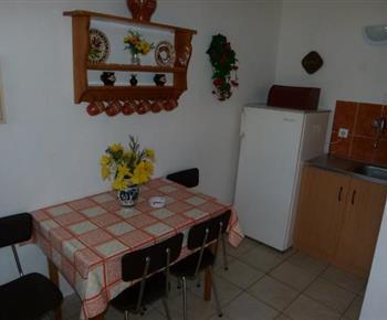 Vybavená kuchyně s jídelním koutem a lednicí