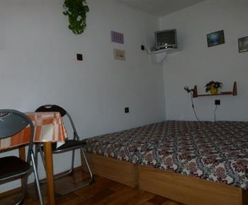 Pokoj s lůžky, posezením a televizí