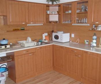 Pohled na kuchyňskou linku s mikrovlnnou troubou a rychlovarnou konvicí