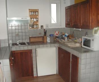 Kuchyně s mikrovlnnou troubou, varnou konvicí a lednicí