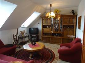 Obývací pokoj s posezení a televizí
