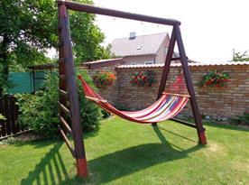 Houpací síť na zahradě