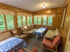 Prosklená veranda s výhledem do lesa