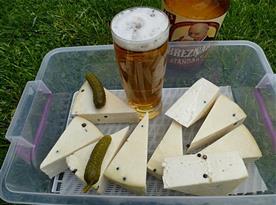 Modleticky pivní sýr pomalu dušený v pivě se zeleným peptřem je velmi populární