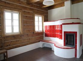Kachlová kamna v obývací místnosti