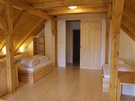 Horní velká ložnice pro 8 osob, pohled směrem k chodbě