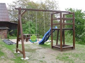 Dětské hřiště, za ním posezení
