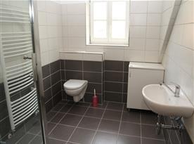 Koupelna u velké ložnice
