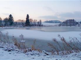 Okolí Studené - Zima v rybníku maluje krásné útvary.