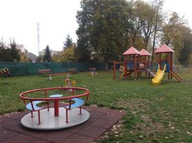 Dětské hřiště v blízkosti objektu (u Sokolovny), směrem k vlakovému nádraží