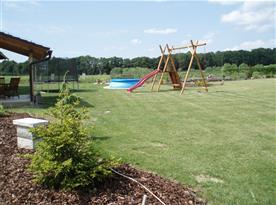 U objektu jsou pro děti houpačky, skluzavka, trampolína, pískoviště, hřiště