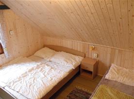 Podkrovní ložnice A s lůžky, nočním stolkem, skříňkou