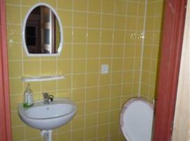Sociální zařízení v přístavbě s toaletou a sprchovým koutem
