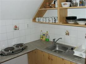 Kuchyně se sporákem,troubou, varnou konvicí a mikrovlnou troubou