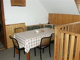 Jídelna s rohovou lavicí, stolem a židlemi