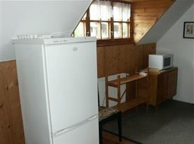 Jídelna s lednicí, mražákem, mikrovlnou troubou a poličkou