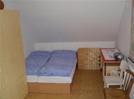 Ložnice s lůžky, skříní, peřináčem a stolkem