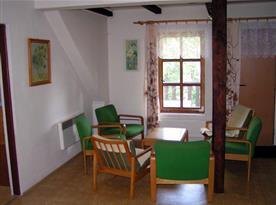 Obytná místnost se stolkem a křesly