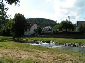 Celkový pohled na rekreační dům a řeku Moravici
