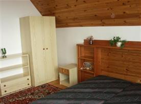 pokoj s lůžky, skříní, skříňkou a nočním stolkem