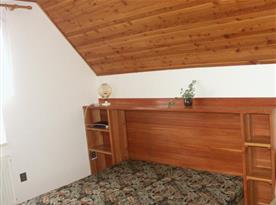 pokoj s lůžky, skříni a poličkou