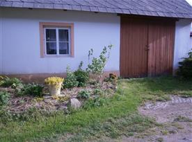 Bylinky a garáž na uskladnění kol