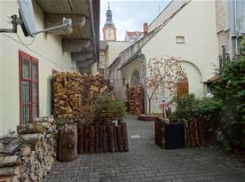 Pohled ze dvora - zahrádky hospůdky U Rybiček na sušickou radnici