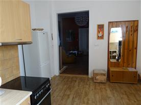 Z kuchyně do obývajícího pokoje a do ložnic