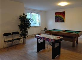 Společenská místnost v suterénu