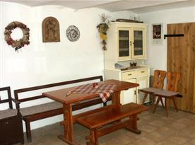 Společenská místnost se stoly a lavicemi