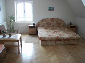 Pokojs manželskou postelí, nočními stolky a lampičkami