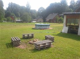 Ohniště a bazén u chalupy