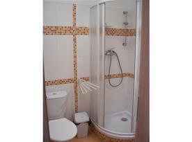 Sociální zařízení s toaletou a sprchou