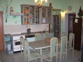Kuchyně s mikrovlnnou troubou, rychlovarnou kovnicí a lednicemi