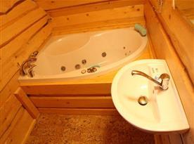 Koupelna s vanou a umývadlem
