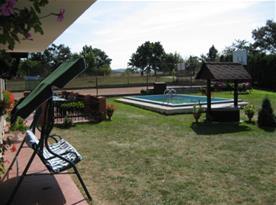 Zahradní houpačka u bazénu